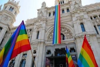 Bandera del arcoiris ondeando en el Palacio Cibeles