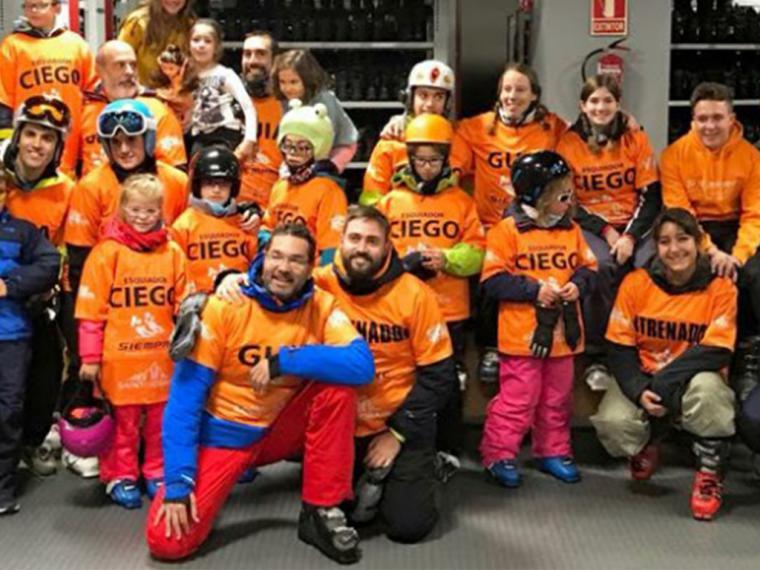 Cantabria Labs se une al Club Siempre para acercar el esquí alpino a personas con discapacidad visual