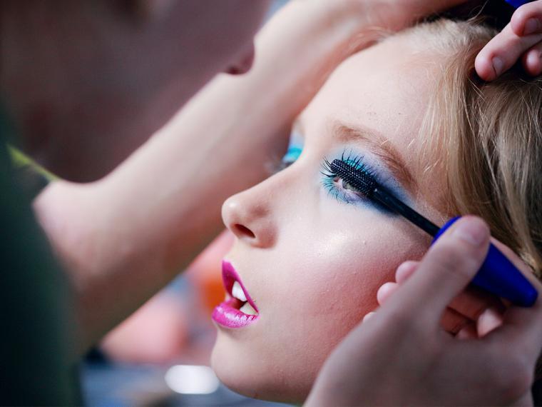 Dermatólogos de Creu Blanca advierten sobre los peligros del maquillaje de carnaval en la piel infantil