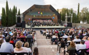 Más de un centenar de voces de escolares y la Banda de Música La Ynseparable de Pozuelo ofrecieron anoche un gran concierto en El Torreón