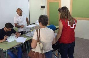 Personas voluntarias de Cruz Roja Pozuelo acompañan a los mayores a votar