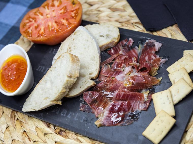 Ocho productos imprescindibles que no pueden faltar en una cesta de picnic gourmet con sabor asturiano