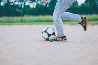 Algunas prácticas deportivas, como el fútbol o la danza, pueden poner en riesgo los pies y la salud de los niños