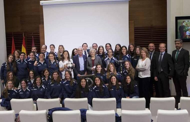 El hockey femenino del Club de Campo celebra sus éxitos deportivos en el Ayuntamiento