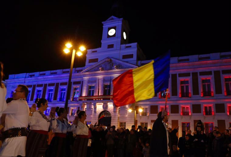 La Puerta del Sol se ilumina con los colores de la bandera de Rumanía para celebrar su fiesta nacional