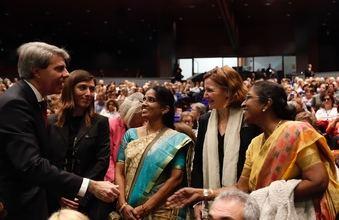 El presidente de la Comunidad de Madrid, Ángel Garrido, saluda a otro grupo de mujeres asistentes al Congreso internacional 'La voz de las mujeres rurales en el mundo'