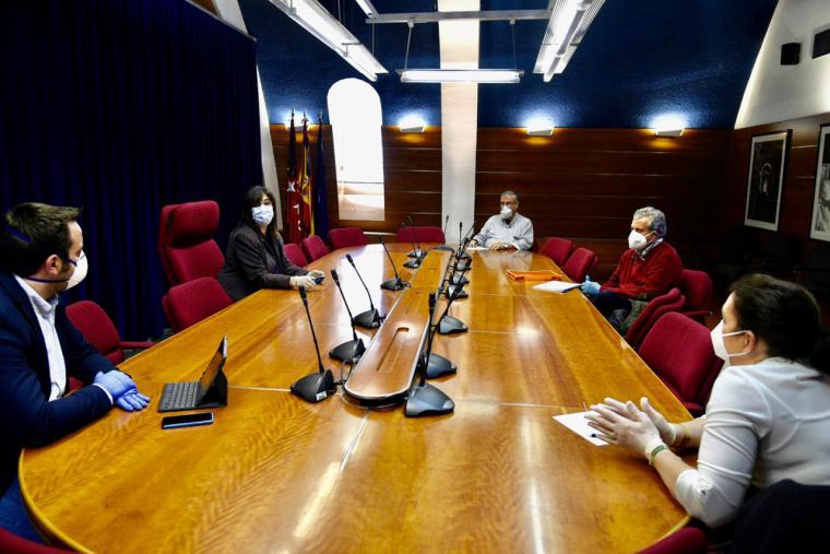 La alcaldesa, Susana Pérez Quislant, ha mantenido hoy una reunión con los representantes de las bandas de música de la ciudad