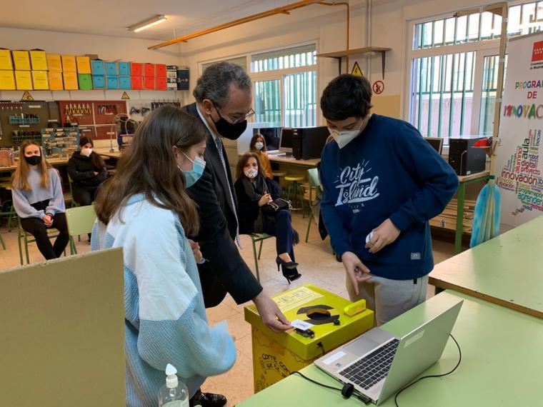 La Comunidad dotará con 3.000 euros y material específico a los centros educativos que se sumen durante este curso al Plan STEMadrid