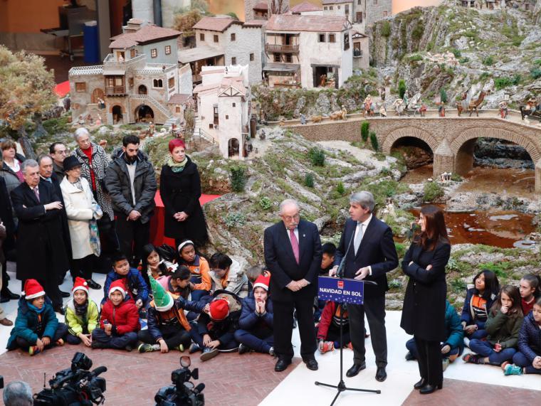 Garrido anima a los madrileños a disfrutar del espíritu de 'La Navidad en Sol' con el tradicional Belén, los Coros y la Casa de Papá Noel y Los Reyes Magos