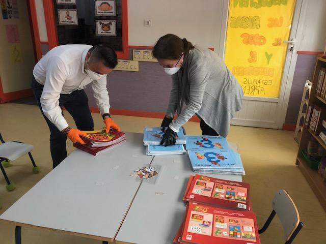 El Ayuntamiento de Pozuelo de Alarcón entrega a domicilio el material educativo de los colegios para que los alumnos continúen sus estudios