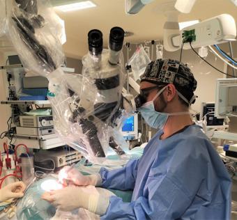 El Dr. Reyes Burneo, responsable del programa de implante coclear del hospital HLA Universitario Moncloa, destaca que el gran beneficio de estos implantes es garantizar la interacción del paciente con su entorno