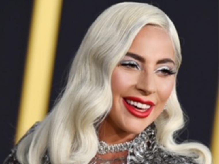 El azul lavanda de Lady Gaga triunfa en los Globos de Oro