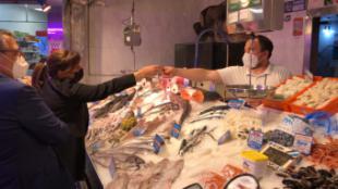 Pérez Quislant apoya al comercio local y a la hostelería en un paseo informativo