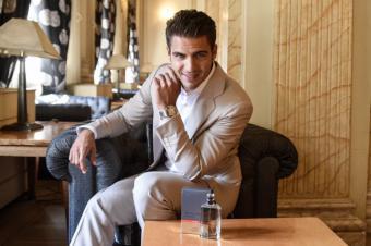 Maxi Iglesias nos desvela sus perfumes favoritos y sus próximos planes