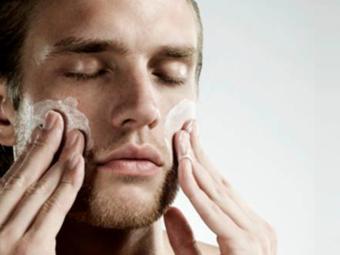 Limpieza facial para la rutina del hombre