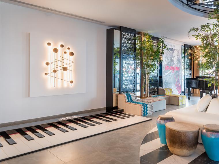¿Conoces el 'music cardio'?, una sesión de ejercicios para practicar sobre un piano