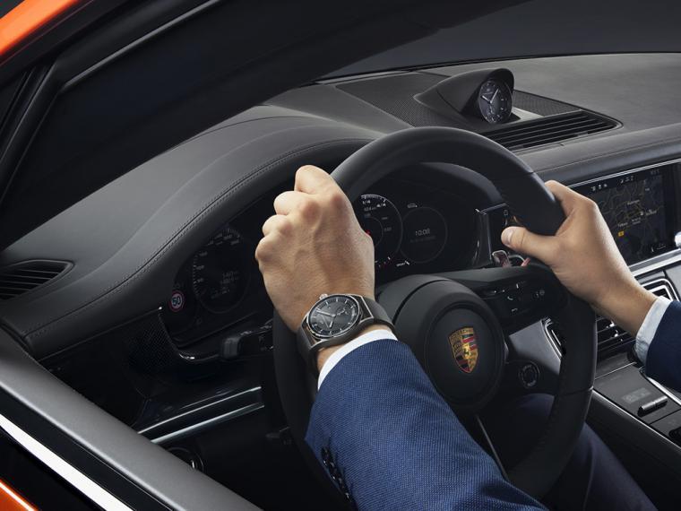 Un cronómetro en el interior del Porsche Panamera y otro en la muñeca