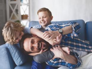 Si ser padre fuera un trabajo a tiempo completo... se debería cobrar un sueldo de 2.380 euros al mes