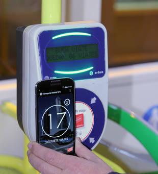 Ya se puede pagar con el móvil en los autobuses de la EMT Madrid