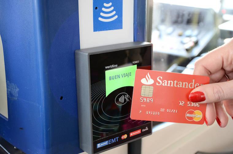 Llega el pago con tarjeta bancaria sin contacto a los autobuses de la EMT