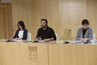 Rita Maestre y Nacho Murgui durante la rueda de prensa posterior a la Junta de Gobierno donde se han presentado las directrices de la cesión de espacios municipales a entidades ciudadanas.