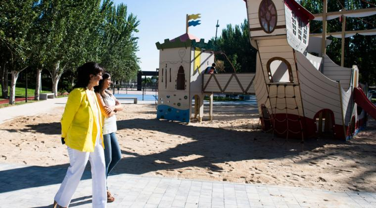 Instalados los juegos infantiles en el nuevo parque deportivo del Camino de las Huertas