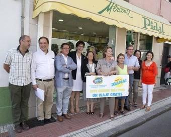 """Foto de grupo de la entrega de un premio de la campaña """"Rasca y gana"""" de la Asociación de Comerciantes """"Pozuelo Calidad"""""""