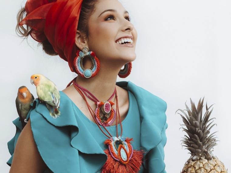Con la subida de temperaturas, casi primaverales, accesorízate con piezas étnicas de rafia y plumas