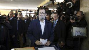 Mariano Rajoy vota en un colegio en Aravaca