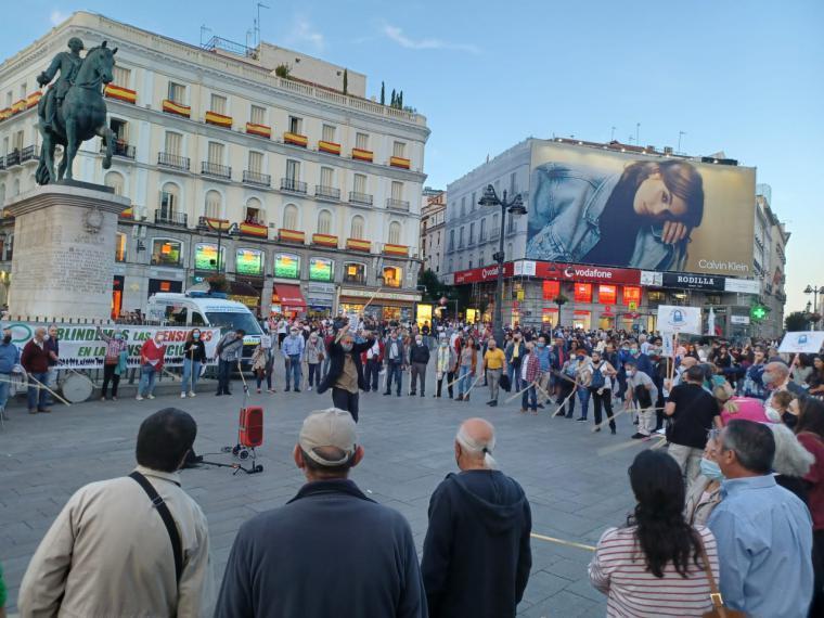 Redoble de bastones en la Puerta del Sol por las pensiones