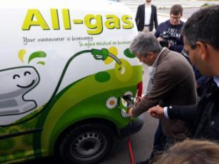 El Ministro del Interior prueba uno de los vehículos impulsados por el biogás que produce Aqualia en Chiclana