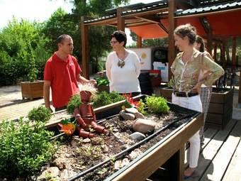 Carlos, trabajador del Aula de Educación Ambiental; Susana Pérez Quislant, alcaldesa de Pozuelo y Mónica García Molina, concejal de Cultura