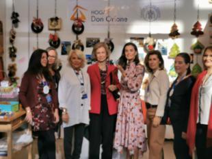 La reina Sofía y la reina Letizia, de compras benéficas en el Rastrillo Nuevo Futuro