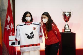Díaz Ayuso celebra el éxito del deporte femenino madrileño con las campeonas de la Copa de la Reina de voley y hockey en línea y sobre hielo