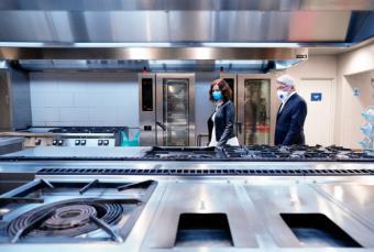 Díaz Ayuso anuncia un convenio con el Atlético de Madrid para usar la cocina del Wanda Metropolitano y ofrecer menús a familias vulnerables