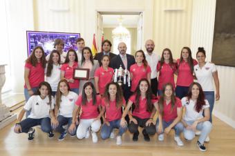 Rollán rinde homenaje al CD Tacón tras su ascenso a la Liga Iberdrola de fútbol femenino