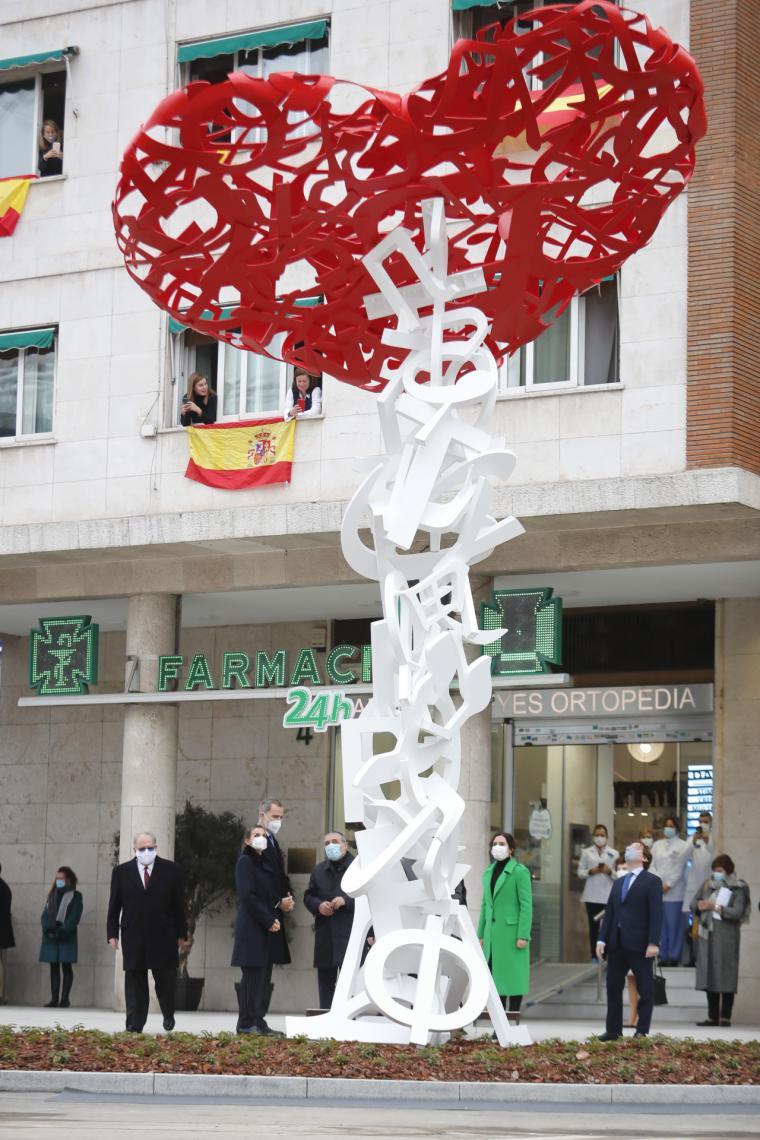 Díaz Ayuso participa en la inauguración de un monumento homenaje a los sanitarios fallecidos por el COVID-19 en España
