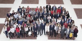 Presidente de la Comunidad de Madrid, Ángel Garrido junto a jóvenes beneficiarios del programa Impulsando Talento