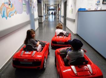 La Comunidad incorpora coches eléctricos para niños en los hospitales para reducir la ansiedad previa a una cirugía