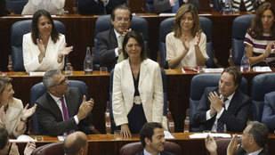 Paloma Adrados en la Asamblea de Madrid. Detrás la concejal de Cultura en funciones del Ayuntamiento de Pozuelo, Isabel González