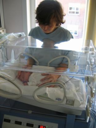 La Asamblea de Madrid debatirá nuevas medidas de escolarización para niños nacidos muy prematuramente y para los nacidos en parto múltiple