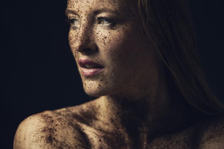 Los cosméticos contienen tóxicos y nuestra piel se los come