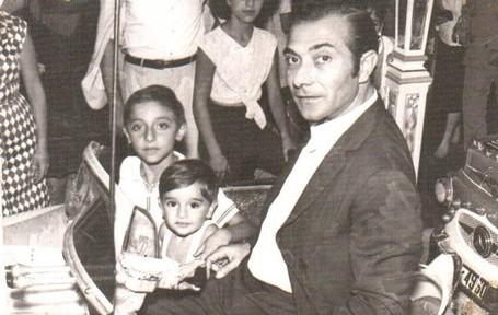 Antonio Carmona con su padre y con su hermano en un cochecito de la feria