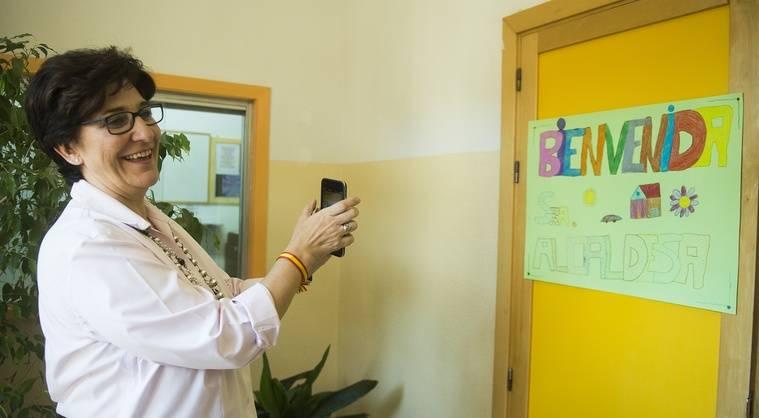 La alcaldesa de Pozuelo, a pie de aula