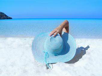 ¿Existe una relación tóxica y real entre las cremas solares y el acné?