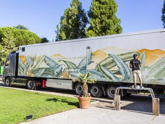 El primer camión convertido en obra de arte cuya pintura contribuye a reducir el impacto ambiental