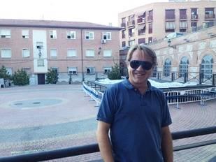 Con Javi en la plaza del Pueblo