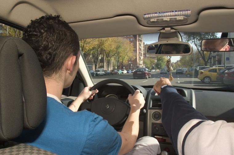 Los vehículos utilizados en el examen de conducir podrán llevar incorporados sistemas de ayuda a la conducción