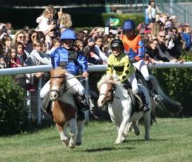 Victoria Federica y Patricia Montero, entre los asistentes a la carrera de caballos y campeonato de ponies celebrado en el Hipódromo de la Zarzuela