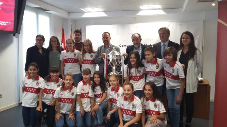 La Comunidad homenajea a la Selección Madrileña de Fútbol Sala Femenino Sub - 12